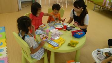 利用者様の療育支援・送迎・保護者との連絡等  主に3歳4歳児と、別部屋で小学1年生中心のお子様相手の支援です。 【児童指導員】【11/1更新】乳幼児から小学生を中心とした発達の支援。成長がうれしい日々です!楽しく働きましょう!
